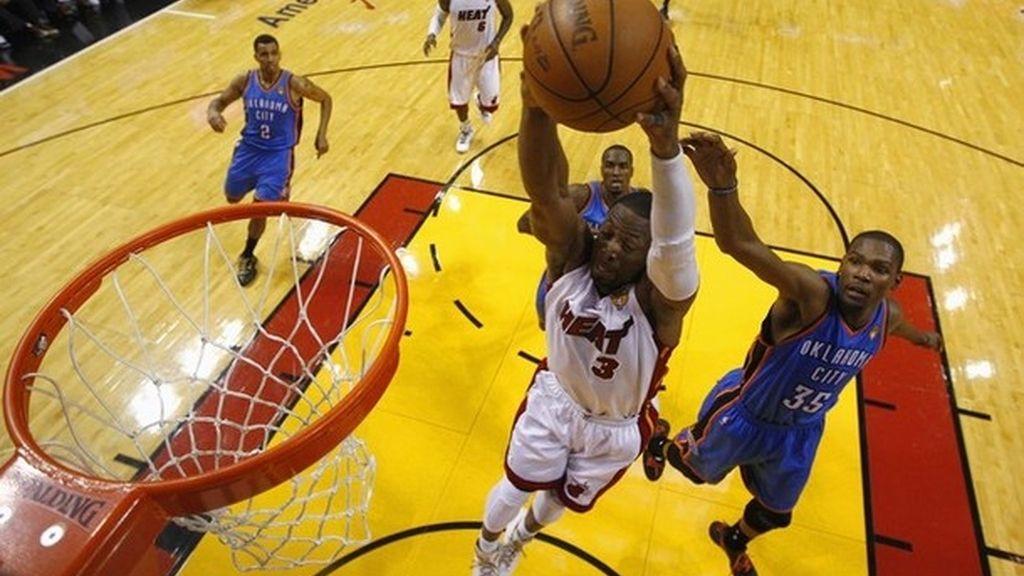 Wade y James adelantan a los Heat en la final de la NBA