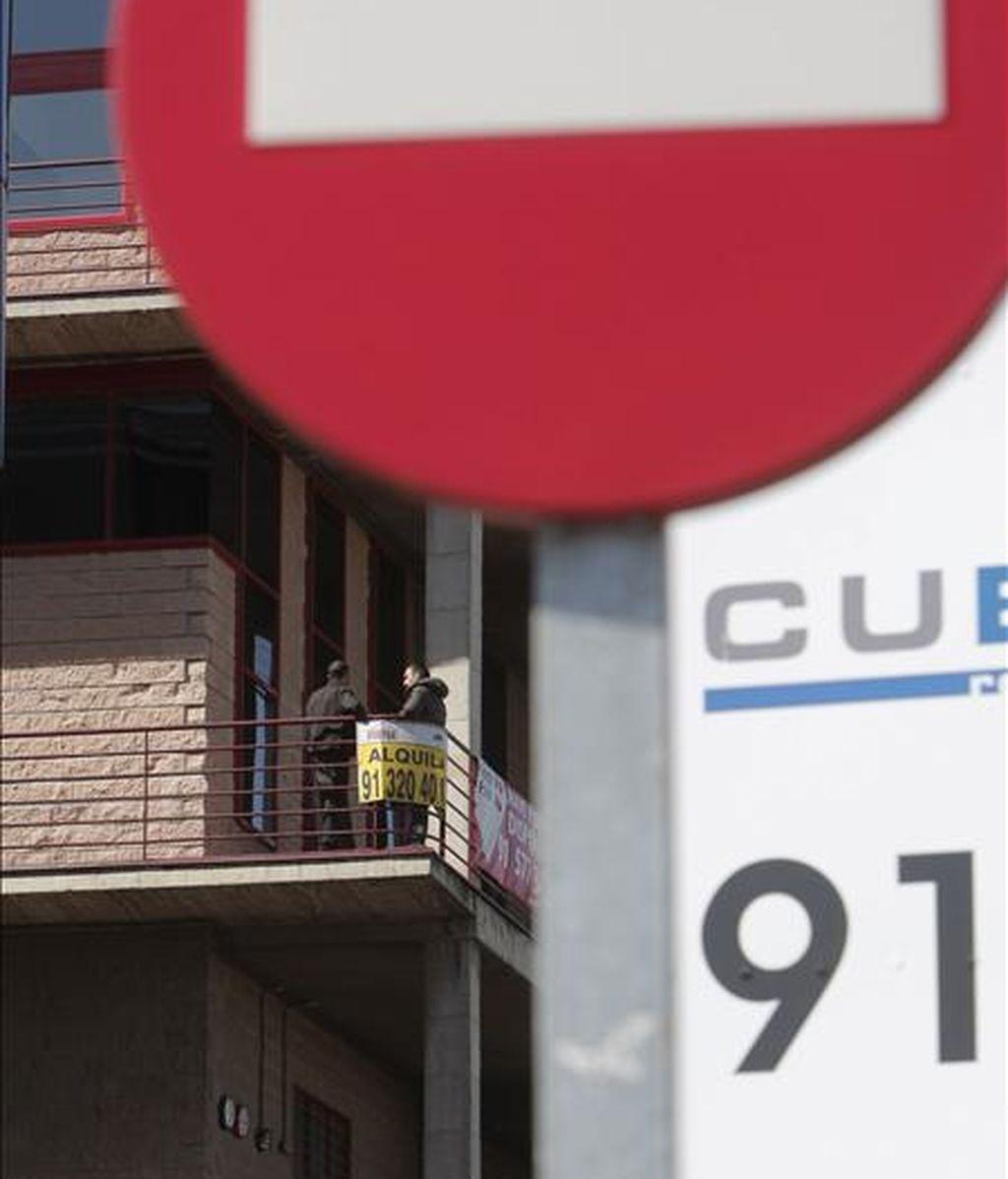 """Anuncios de """"se vende"""" en distintos pisos en un edificio de Madrid. EFE/Archivo"""
