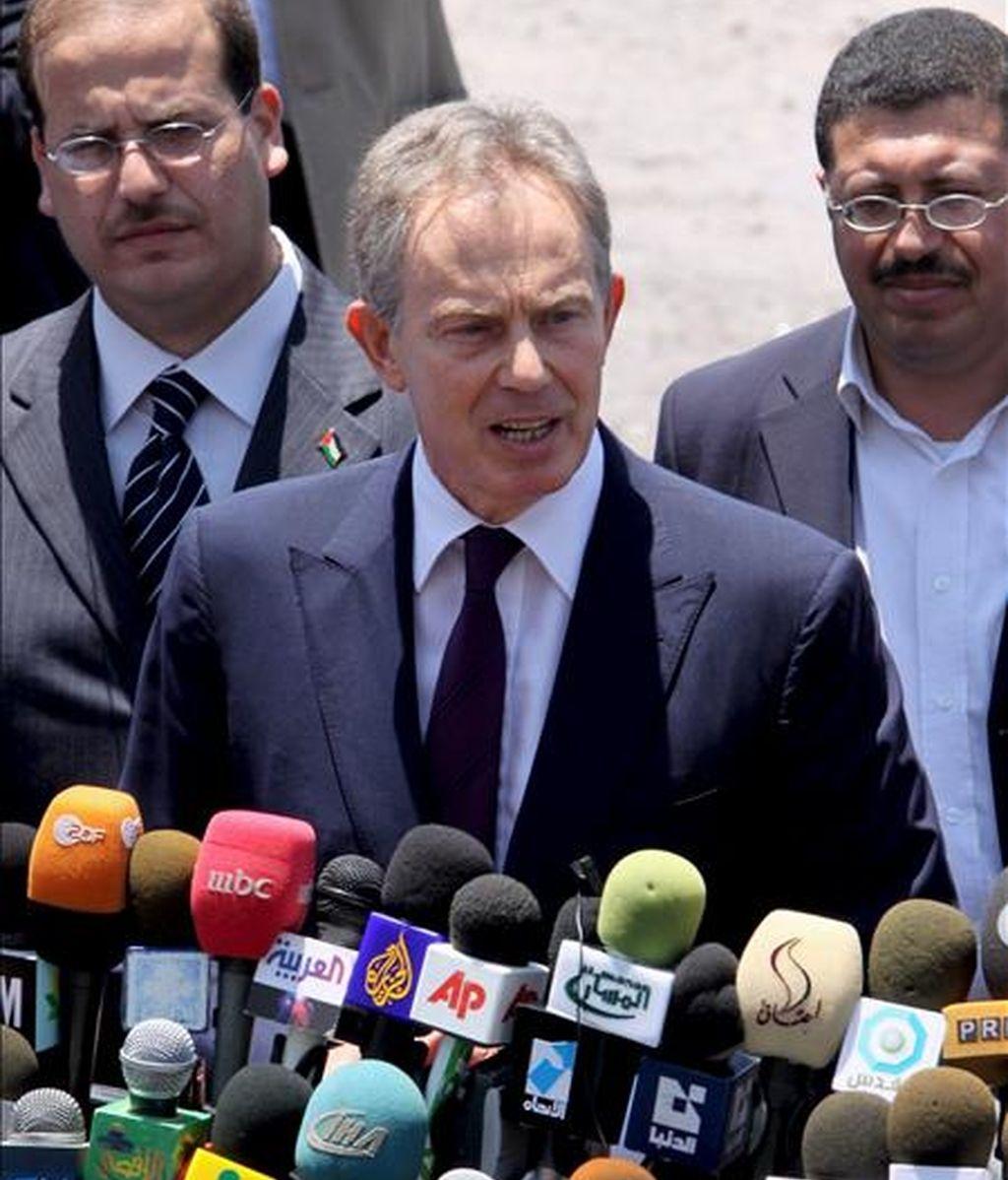 El ex primer ministro británico y actual enviado especial del Cuarteto para Oriente Próximo, Tony Blair (c), atiende a los medios a su llegada a las oficinas de Naciones Unidas en Gaza (Franja de Gaza), el 15 de junio. EFE/Archivo