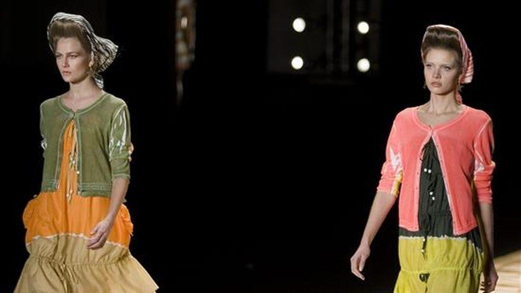 Modelos lucen creaciones de la marca Isabela Capeto durante el desfile de la Semana de la Moda de Sao Paulo, en el parque del Ibirapuera en esa ciudad brasileña. EFE