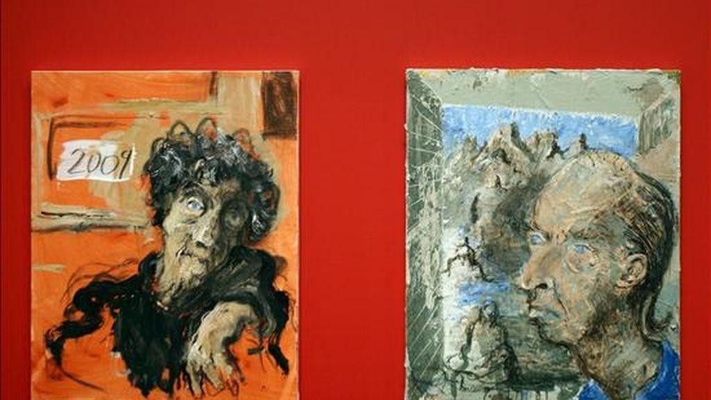 """Las obras """"Dore Ashtom"""" (2009), a la izquierda, y """"Retrato de Achille"""" (2009), del artista Miquel Barceló que se exhiben en la gran exposición antológica del artista mallorquín que se abre hoy en el CaixaFórum, en la que se pueden contemplar desde las grandes telas creadas a partir de 1983 hasta las más recientes, junto a objetos, cerámicas, esculturas, gouaches, acuarelas, dibujos, carteles, libros y cuadernos de viaje. EFE"""