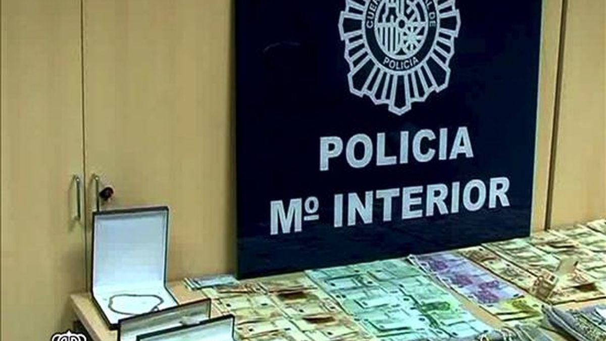 """La operación """"Repesca"""", en la que fueron detenidas 14 personas vinculadas al clan de los """"Charlines"""" por blanqueo de dinero, ha permitido el embargo de 58 inmuebles y el bloqueo de 3 millones de euros en varias cuentas en entidades suizas. En la imagen, parte del dinero y material incautado. EFE"""