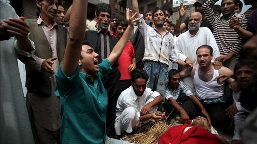 y amigos lloran junto al cuerpo de Ghulam Nabi Badyari, de 50 años, durante su funeral en Srinagar, la capital de verano de la Cachemira india, este jueves. EFE