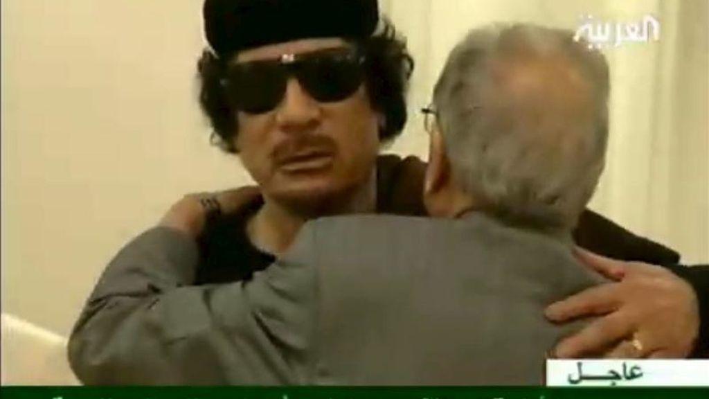 Captura de televisión tomada del canal Al Arabiya que muestra al líder libio, Muamar el Gadafi (i), en un hotel de Trípoli durante una reunión con líderes tribales. EFE
