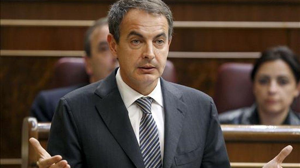 """El presidente del Gobierno, José Luis Rodríguez Zapatero, durante su intervención en la sesión de control al Ejecutivo, el miércoles, en el Congreso. Zapatero ha declarado que piensa que los comentarios sobre él vertidos por el presidente francés, Nicolas Sarkozy, fueron """"positivos"""". EFE"""