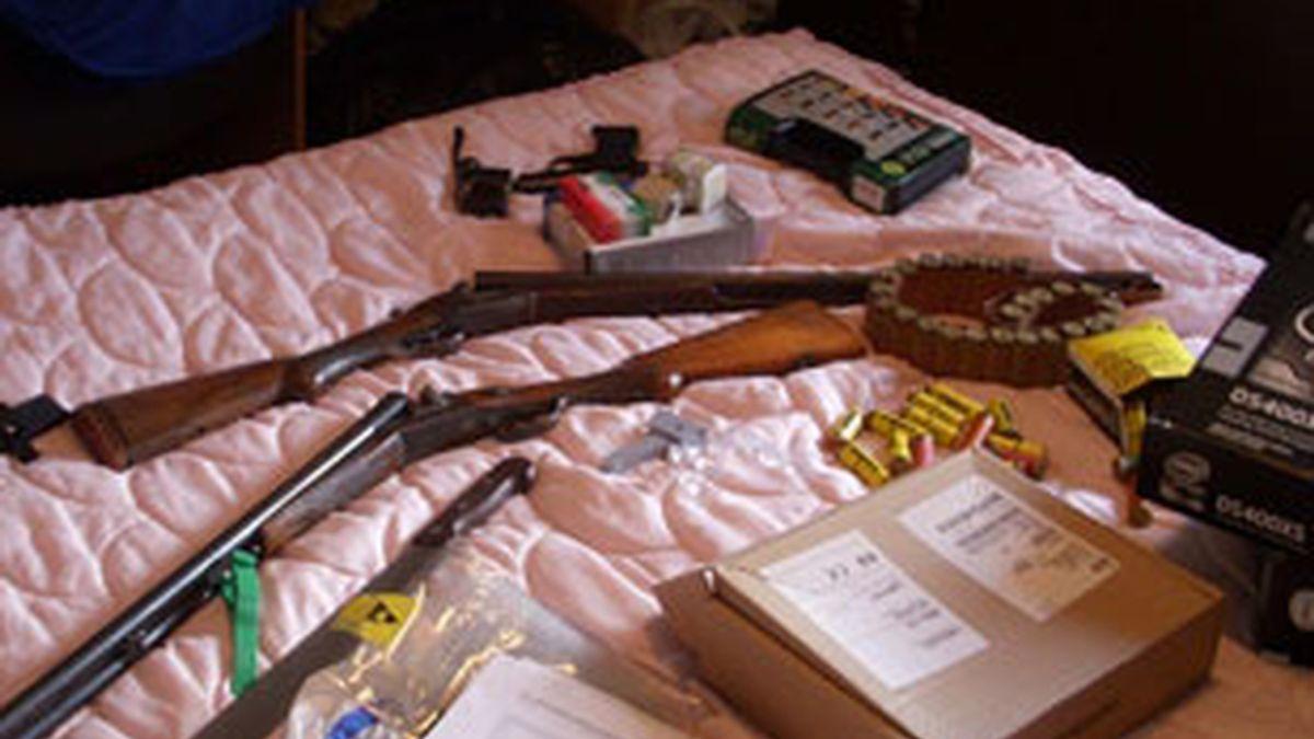 A los detenidos se les imputan delitos de falsificación documental, contra la salud pública, tenencia ilícita de armas y asociación ilícita, además de estafa. Vídeo: Informativos Telecinco