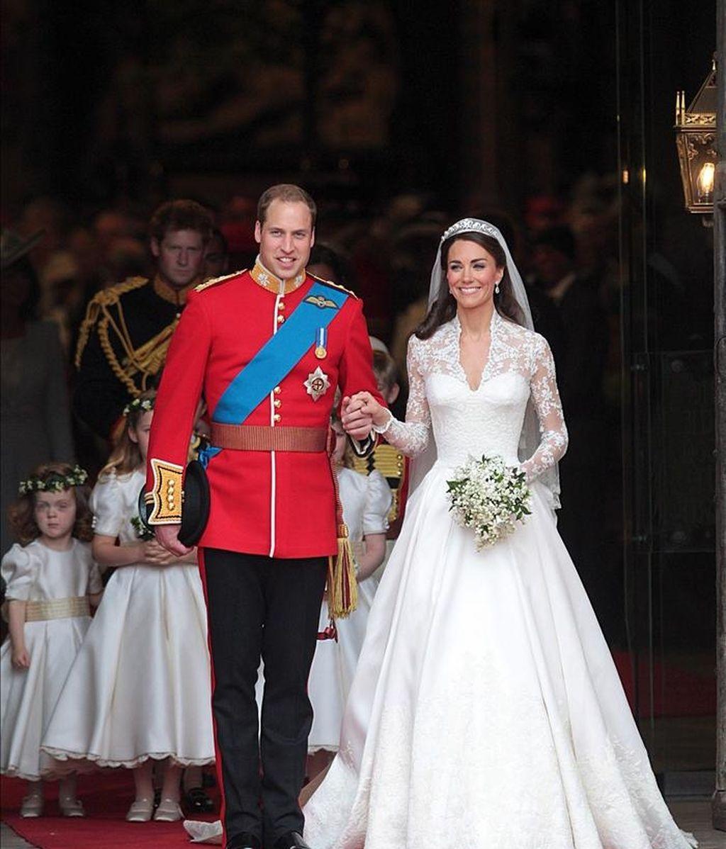 El príncipe Guillermo (izda) y su ya esposa Catalina, duquesa de Cambridge, abandonan la abadía de Westminster tras contraer matrimonio en Londres (Reino Unido) hoy, viernes, 29 de abril de 2011. Al fondo se ve al príncipe Enrique. EFE