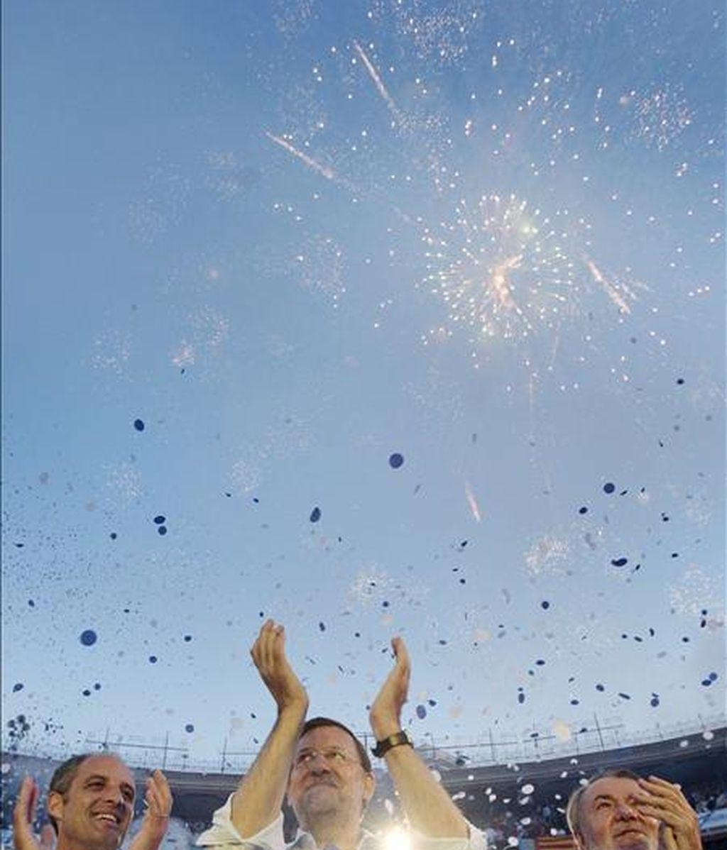 En la imagen, el presidente del PP, Mariano Rajoy (c), el presidente del PP de la Comunitat Valenciana, Francisco Camps (i), y el cabeza de lista popular al Parlamento Europeo, Jaime Mayor Oreja (d), durante un mitin en la Plaza de Toros de Valencia. EFE/Archivo