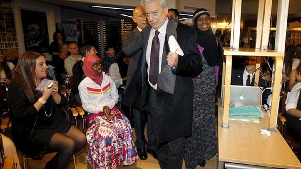 El escritor hispano-peruano Mario Vargas Llosa (c), durante la visita que ha realizado al colegio de niños inmigrantes Rinkeby, situado a las afueras de la ciudad de Estocolmo. EFE