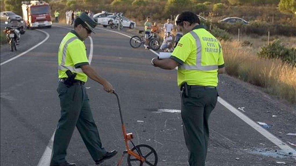 Dos agentes de la Guardia Civil de Tráfico realizan el atestado de un accidente. EFE/Archivo