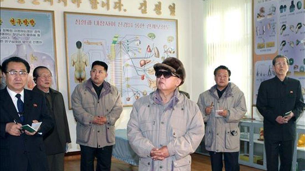 En la imagen, el líder norcoreano, Kim Jong Il, mientras visita la Facultad de Medicina de la Universidad Kim Il Sung de Pyongyang (Corea del Norte). EFE/Archivo