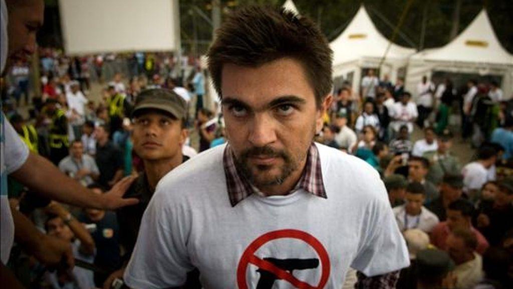 El cantante colombiano Juanes (d) actúa en un concierto en el Día Mundial de la Paz en la cancha de El Salao, Comuna 13 de Medellín (Colombia), donde una cruenta guerra de pandillas ha dejado más de 1.250 muertos desde enero pasado. EFE