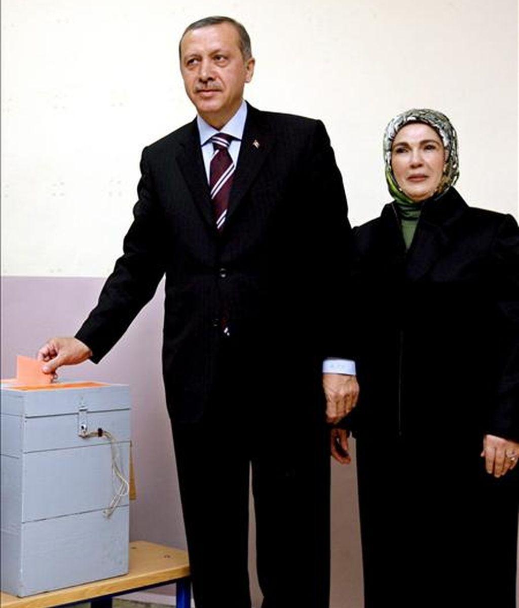 El primer ministro turco, Recep Tayyip Erdogan, acompañado por su mujer, Emine Erdogan (d), deposita hoy su voto para las elecciones municipales en un colegio electoral en Estanbul, Turquía. EFE