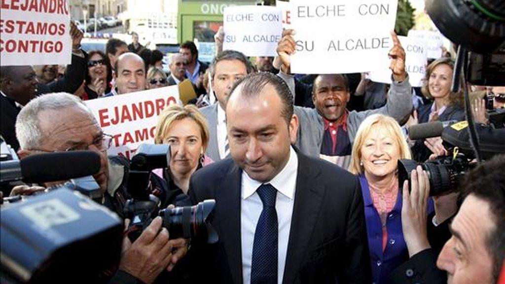 El alcalde de Elche, Alejandro Soler, a su llegada a los juzgados para declarar como imputado tras la querella interpuesta por el PP contra él por los presuntos delitos de malversación de caudales públicos y prevaricación derivados del pago de inserciones publicitarias de actos del PSPV-PSOE con dinero público. EFE