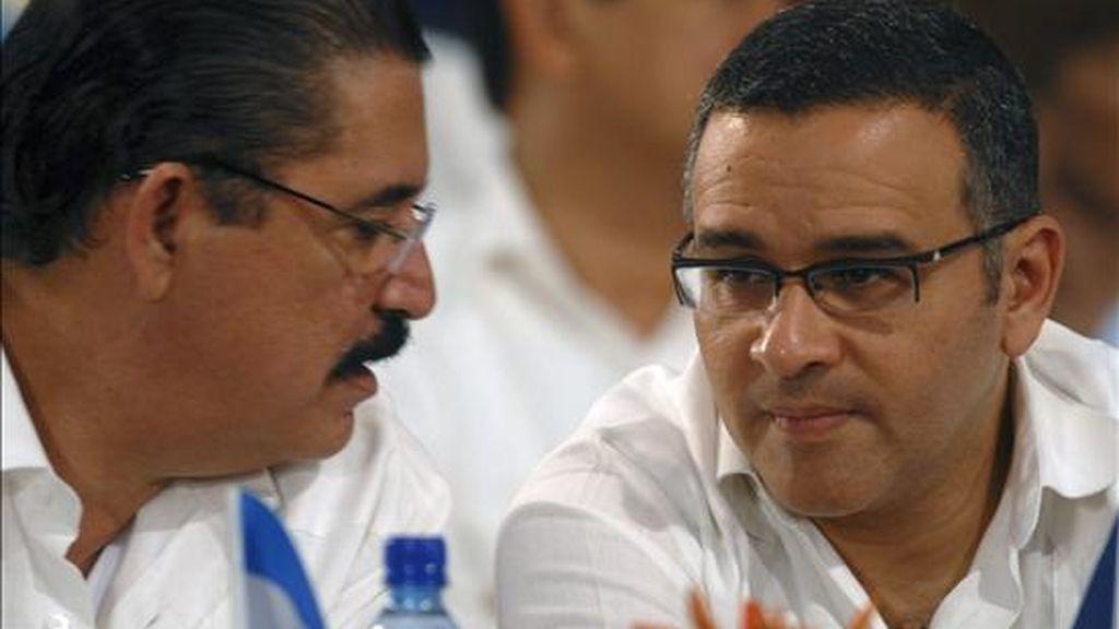 Imagen de este lunes del depuesto mandatario de Honduras, Manuel Zelaya, junto a su homólogo de El Salvador, Mauricio Funes (d). EFE
