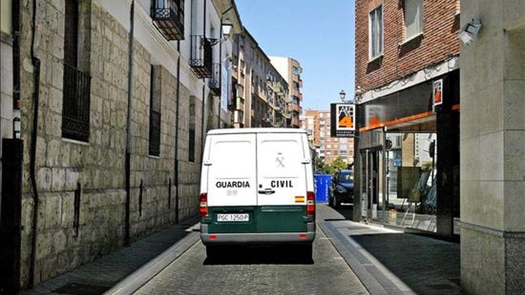 Furgón de la Guardia Civil que traslada a la cuidadora de la niña de seis meses que falleció en Burgos, al parecer tras sufrir un traumatismo craneoencefálico en 2007. EFE/Archivo