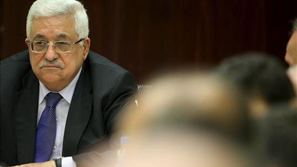 El presidente palestino, Mahmud Abás, asistiendo a una reunión en la ciudad cisjordana de Ramala este lunes. EFE