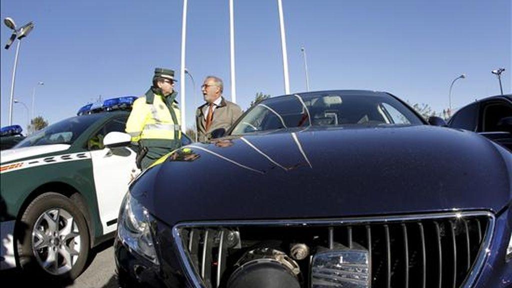 El director general de Tráfico, Pere Navarro, habla con un guardia civil, junto a un vehículo camuflado con radar, tras informar sobre el dispositivo previsto para la operación especial con motivo del puente de la Constitución y la Inmaculada. EFE