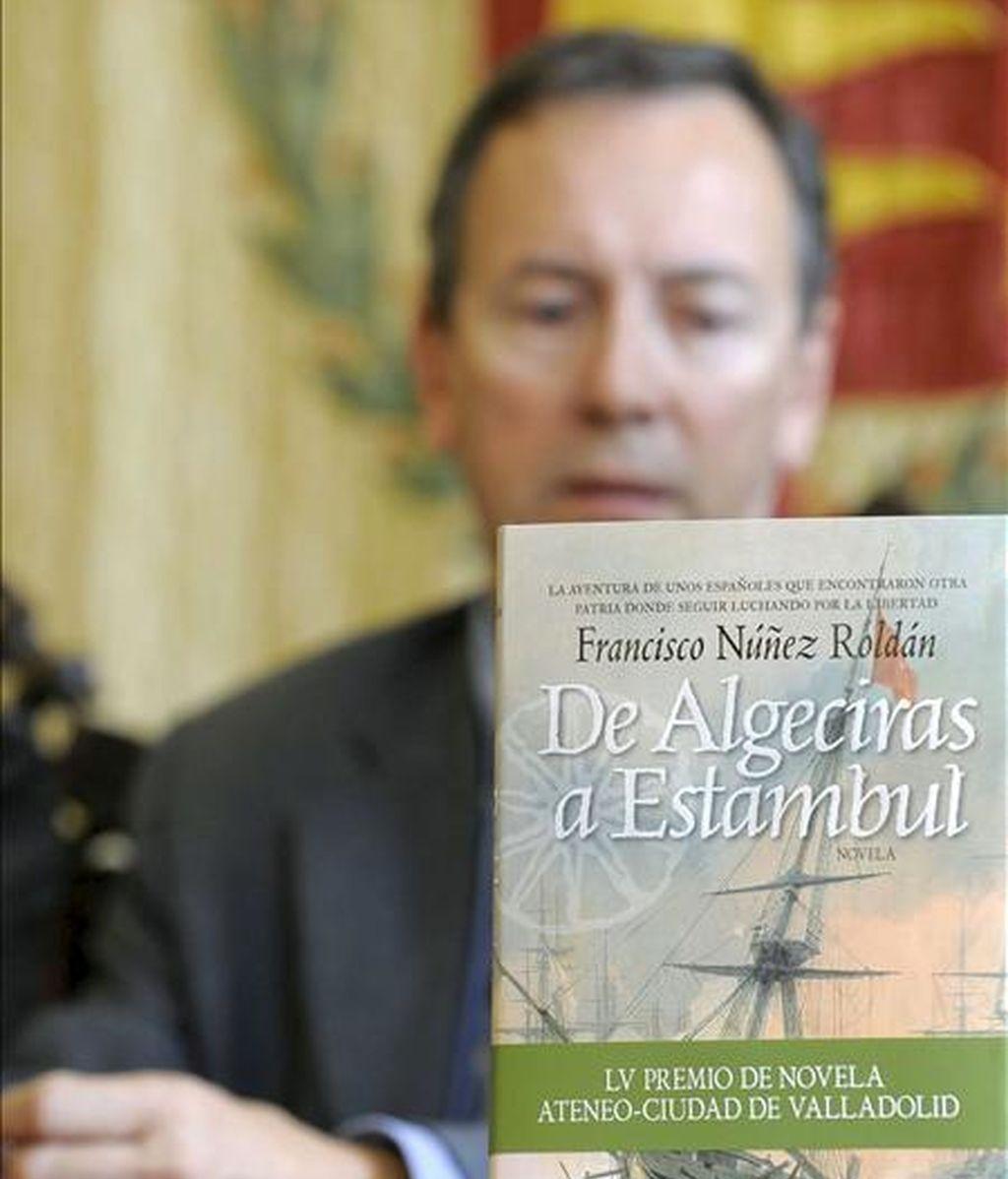 """El escritor Francisco Núñez Roldán, durante la presentación del relato """"De Algeciras a Estambul"""", ganador del 55 Premio de Novela Ateneo-Ciudad de Valladolid, el pasado 15 de abril. EFE/Archivo"""