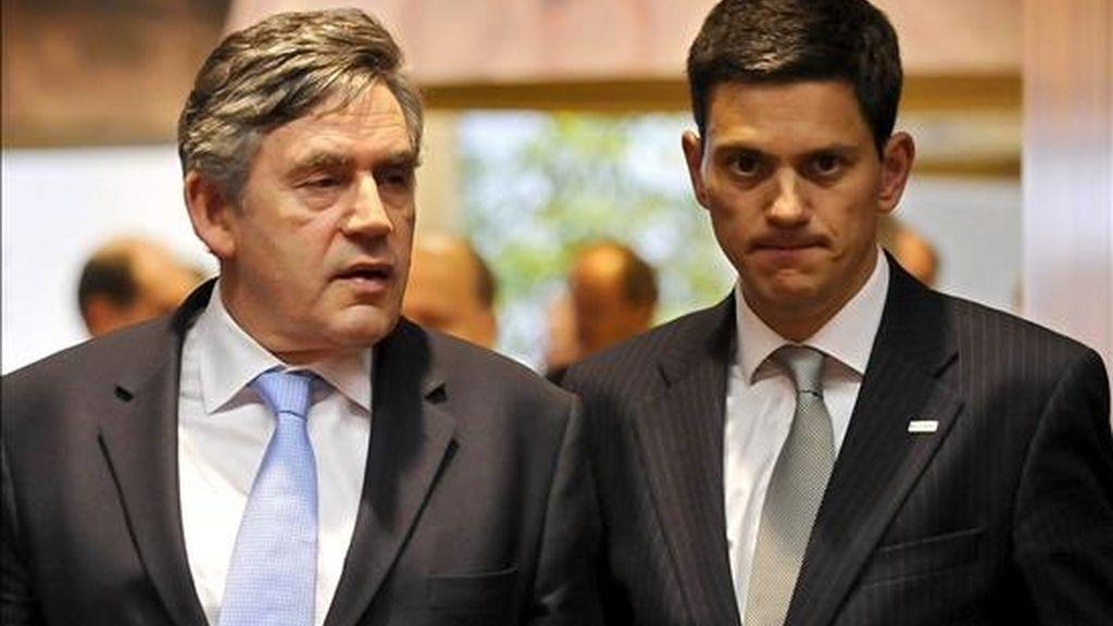 El primer ministro británico, Gordon Brown (i), y el ministro de Asuntos Exteriores británico, David Miliband (d), al inicio de la reunión de la Cumbre de la Unión Europea celebrada en la sede del Consejo Europeo en Bruselas, Bélgica. EFE