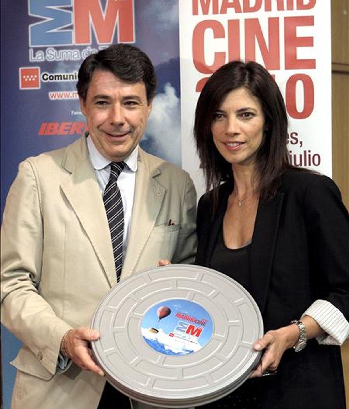 El vicepresidente de la Comunidad de Madrid, Ignacio González y la actriz Maribel Verdú, durante la presentación del programa MadridCine 2010, que se celebrará del 22 al 28 de julio en Buenos Aires. EFE
