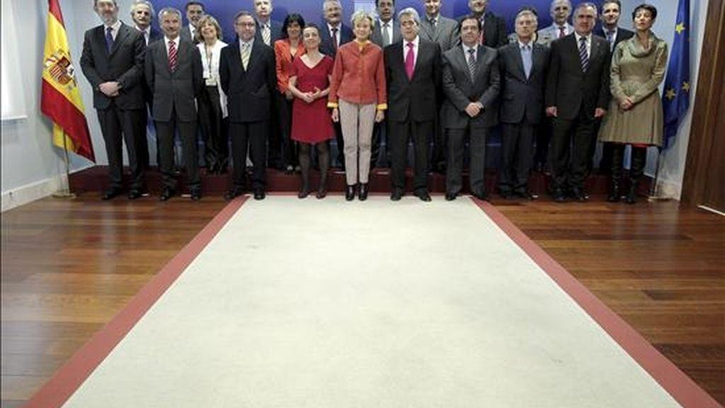 La vicepresidenta primera del Gobierno, María Teresa Fernández de la Vega, con los delegados de Gobierno al inicio de la reunión que mantuvieron hoy en el Palacio de La Moncloa, en Madrid. EFE