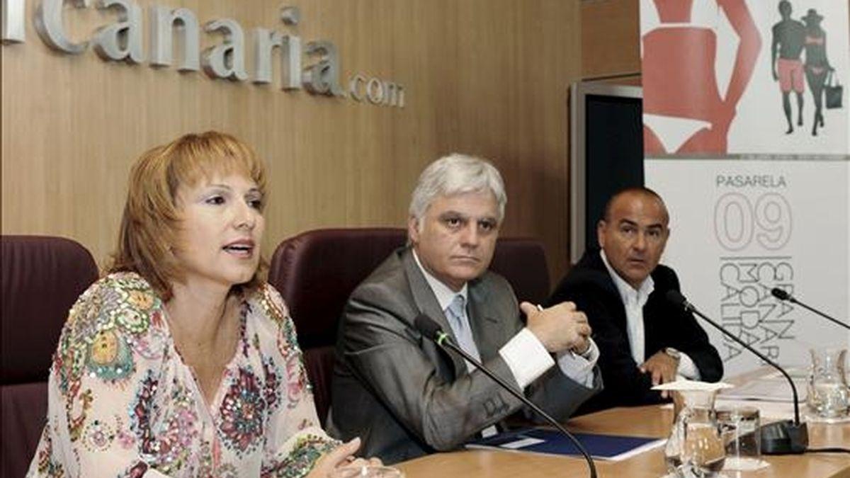 El presidente del Cabildo de Gran Canaria, José Miguel Pérez (c), y la consejera de Industria y Comercio, Inés Jiménez, presentaron hoy la nueva edición de la Pasarela Gran Canaria Moda Cálida 2009. EFE