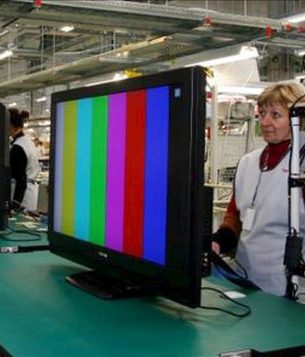 Un trabajadora en una cadena de montaje de Toshiba. EFE/Archivo