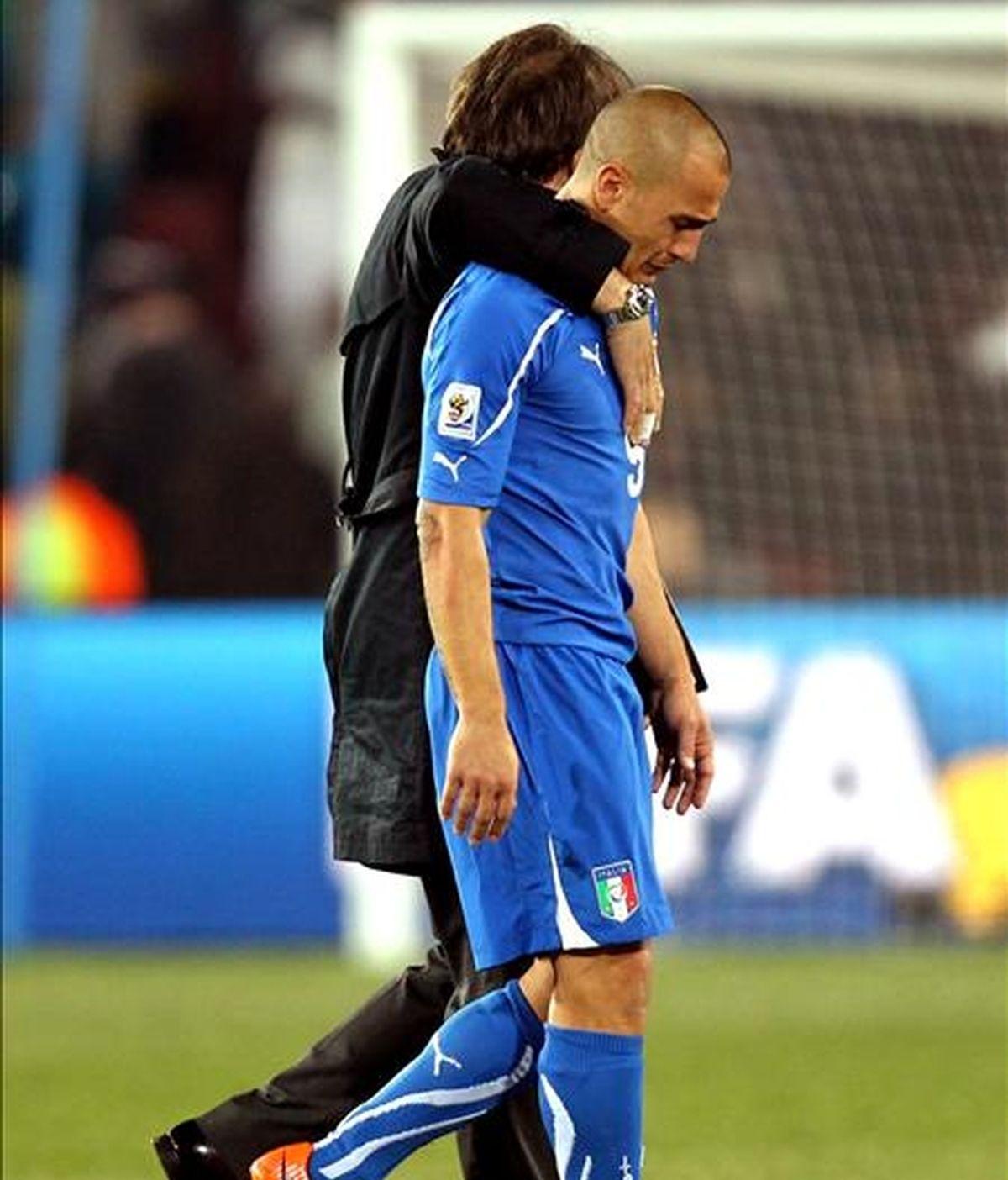 El defensa italiano Fabio Cannavaro (i) muestra su desolación al final del partido ante Eslovaquia, en el que Italia quedó eliminada, 3-2 perdió, en el estadio Ellis Park, en Johannesburgo. EFE/Archivo