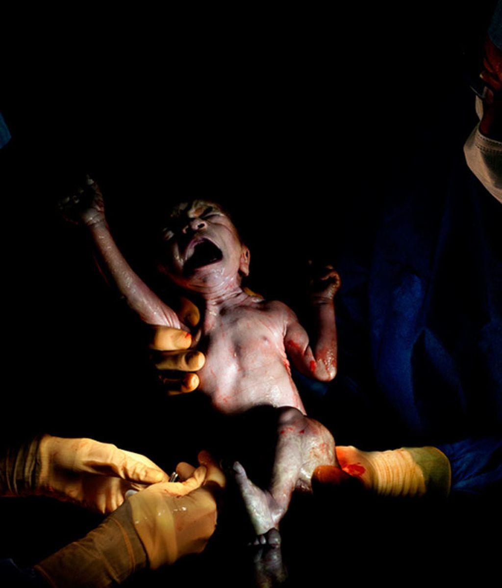 "Christian Berthelot presenta ""César"", bebés fotografiados segundos después de nacer"