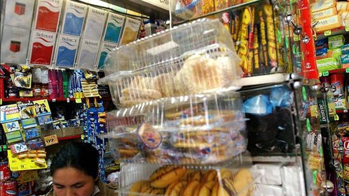 En la imagen, una joven trabaja en una tienda de abarrotes en Santiago de Chile. EFE/Archivo