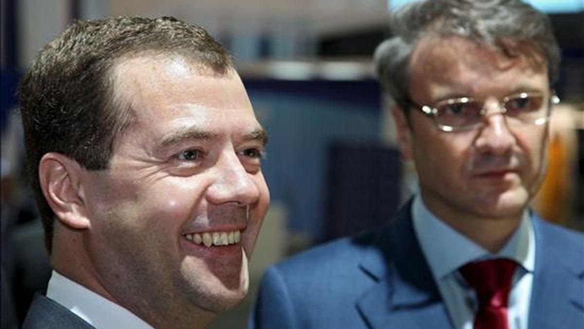 El presidente ruso, Dmitri Medvédev (izq), conversa con el director del Sberbank ruso, German Gref (dcha), al comienzo del XIII Foro Económico Internacional en San Petersburgo (Rusia) hoy viernes 5 de junio. EFE