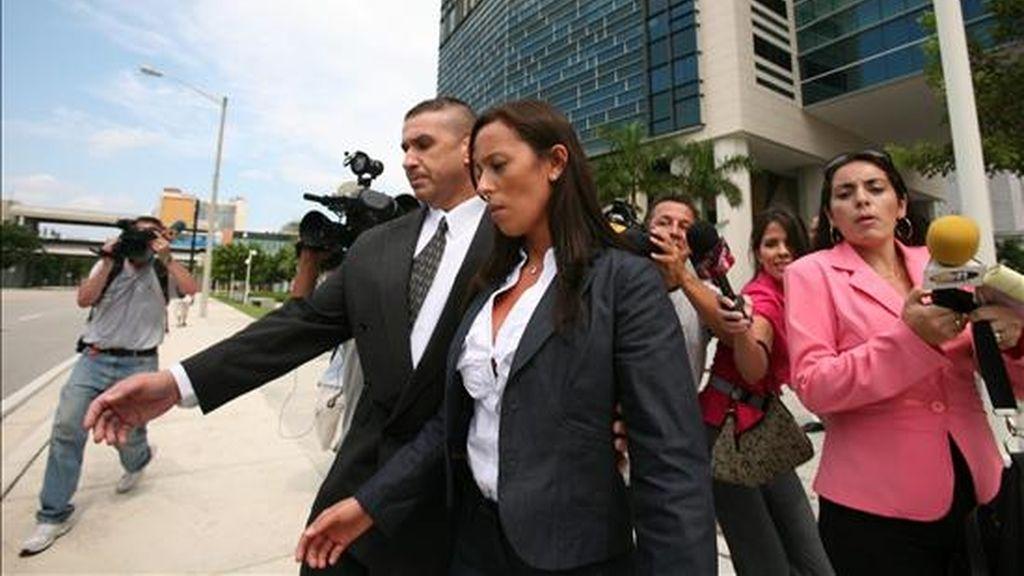 """Luján Telpuk (c), que en 2007 descubrió el maletín con 800.000 dólares que el empresario venezolano Guido Antonini Wilson intentó ingresar de contrabando en Argentina, es la figura femenina de la comedia """"Gonalmente Divertido"""". EFE/Archivo"""
