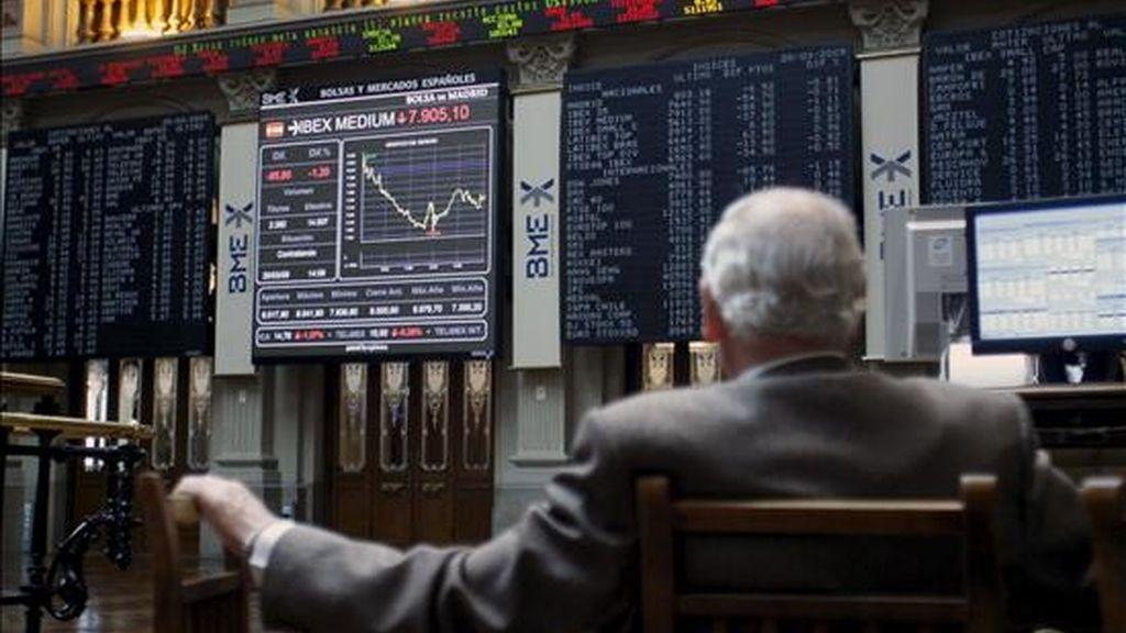Un inversor observa en la Bolsa de Madrid la cotización del Ibex-35. EFE/Archivo
