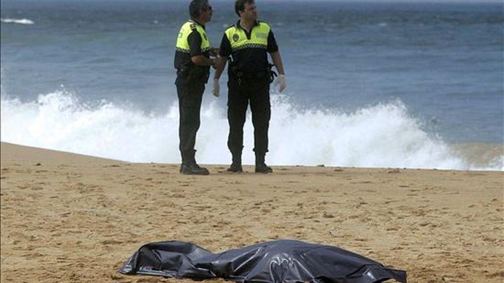 Dos hombres y dos mujeres de nacionalidad marroquí que habían viajado en una embarcación de madera fueron hallados muertos esta mañana en la playa de La Aceitera, en la pedanía de Zahora, en Barbate (Cádiz). EFE