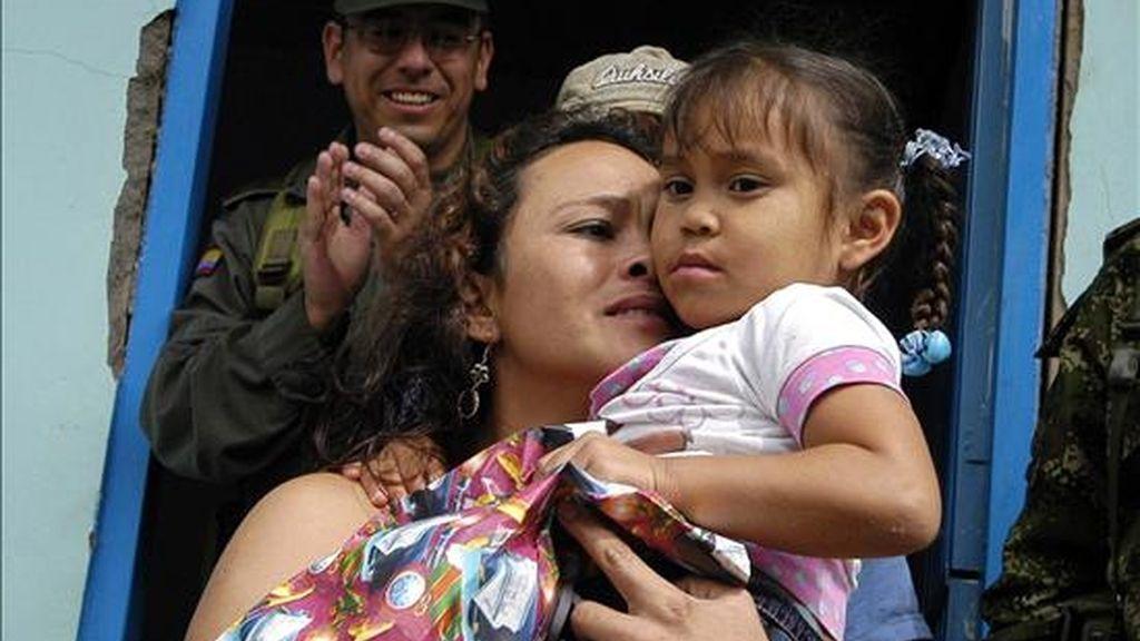"""La desmovilizada guerrillera María Viviana Cardona, alias """"Noresli"""" (i) se reencuentra ayer, 20 de abril con su hija Lady (d) en el municipio colombiano de Mistrato en el departamento de Risaralda. EFE/Archivo"""