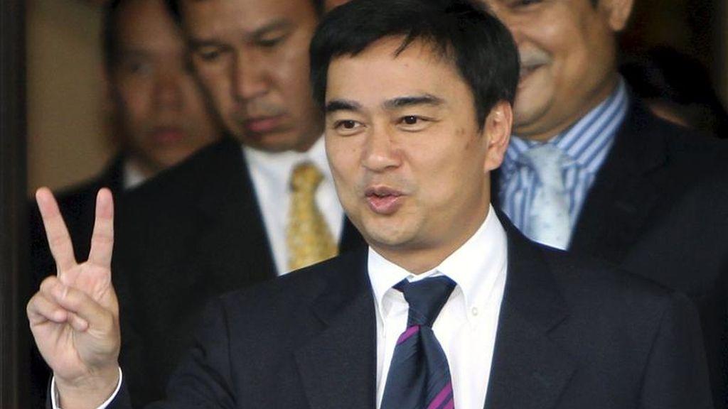 El primer ministro tailandés, Abhisit Vejjajiva, realiza el símbolo de la victoria mientras sale de la Casa de Gobierno en Bangkok, Tailandia. EFE