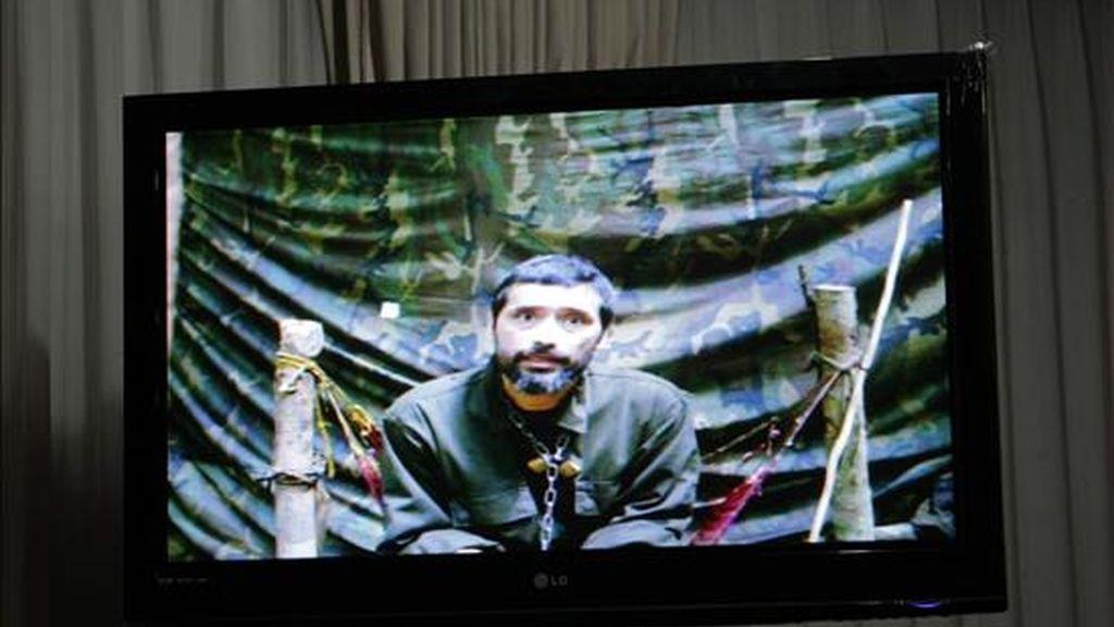 El policía secuestrado hace 11 años Jorge Trujillo Solarte aparece en un video que constituye una de las pruebas de vida que las FARC hacen llegar a las familias y a los medios de comunicación. EFE/Archivo