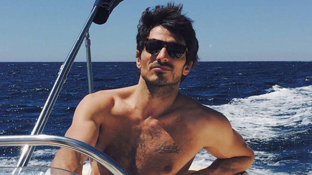 9. Combinación muy 'top': gafas, mar y barco