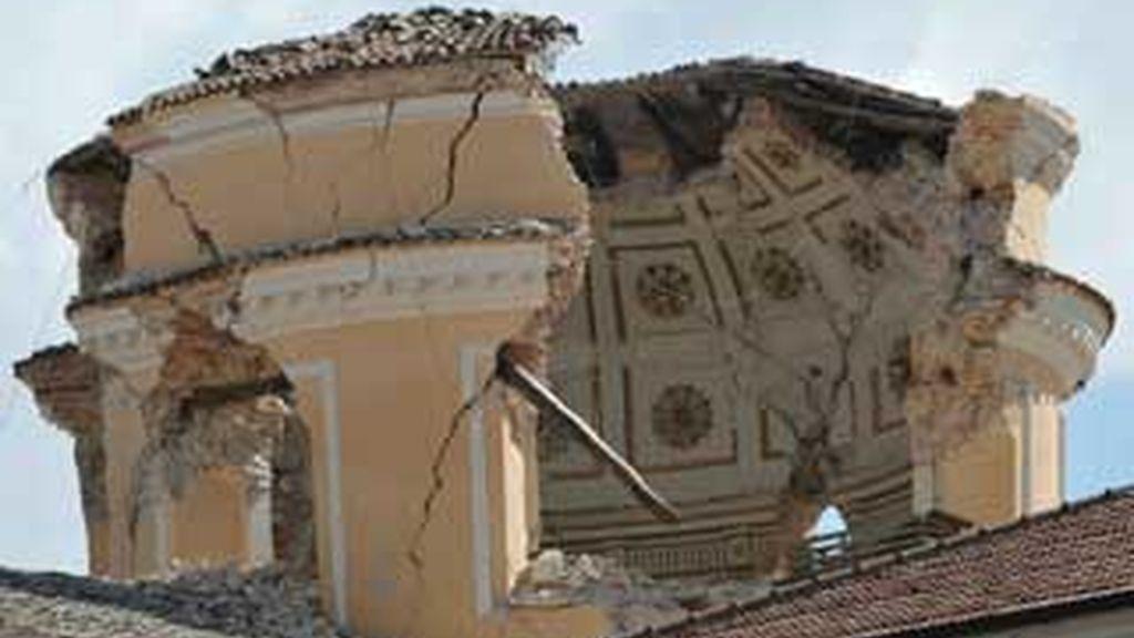 La cúpula de la iglesia de Santa María de las Ánimas parcialmente destruída tras el terremoto que ha asolado la región italiana de L'Aquila. FOTO: EFE