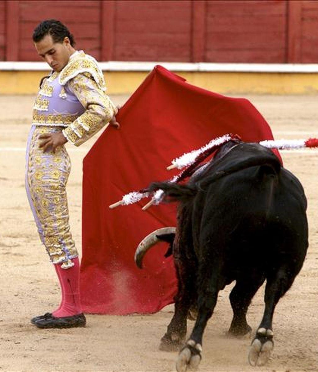 Imagen del diestro Iván Fandiño durante un pase cambiado con la muleta. EFE/Archivo
