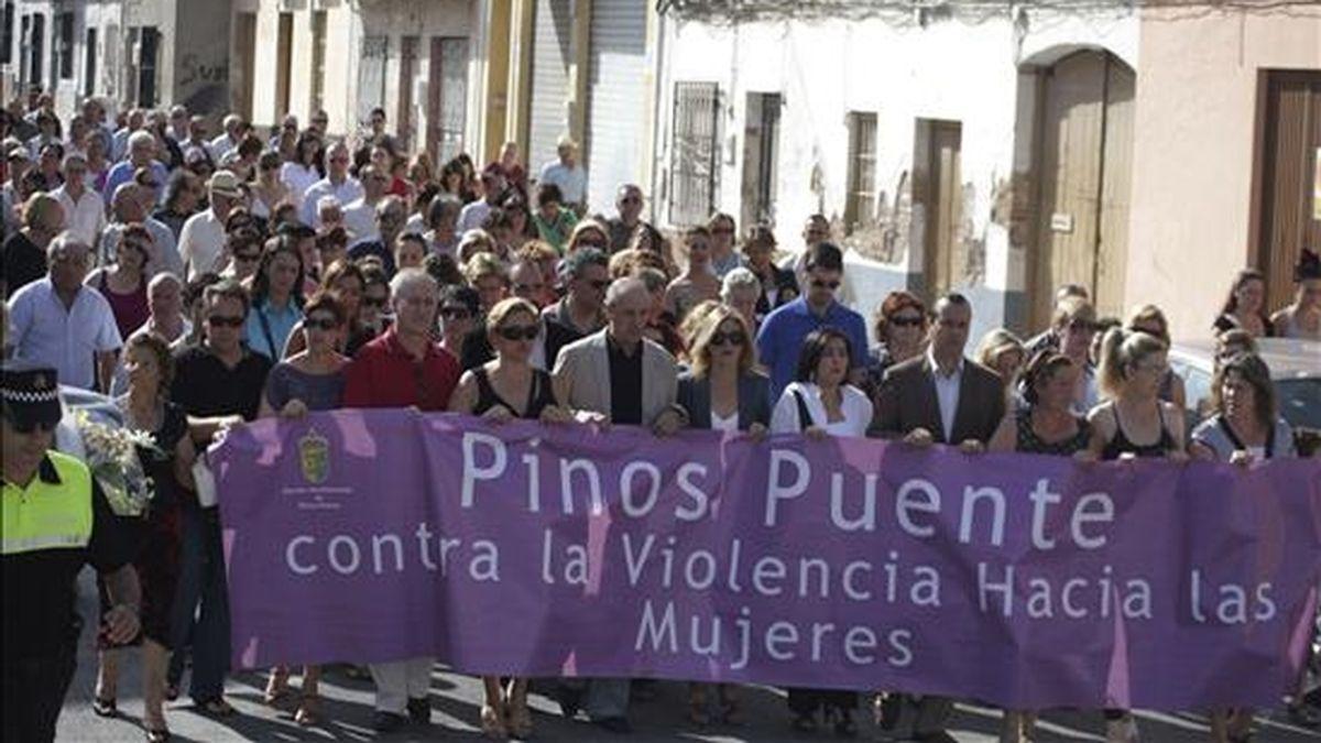 Alrededor de un centenar de personas en la manifestación que el pasado viernes recorrió las calles de la localidad granadina de Pinos Puente para mostrar su repulsa ante la última víctima de violencia machista. EFE