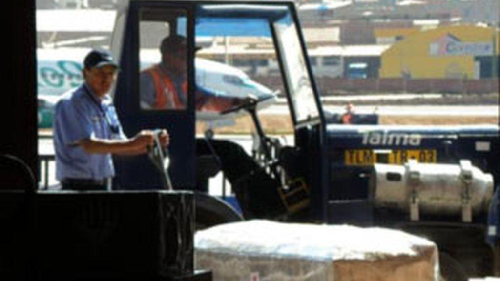 Dos de los cuatro ataudes de las ciudadanas españolas que fallecieron en un accidente de tráfico el pasado martes en el Cuzco, en la zona de carga del aeropuerto del Cuzco para ser trasladados a Lima (Perú). EFE/Archivo