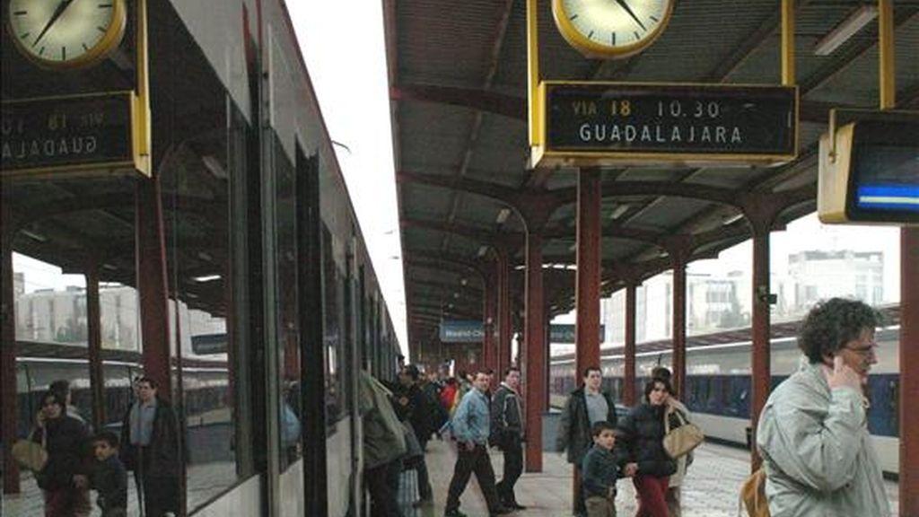 Varios viajeros en la estación de Chamartín. EFE/Archivo