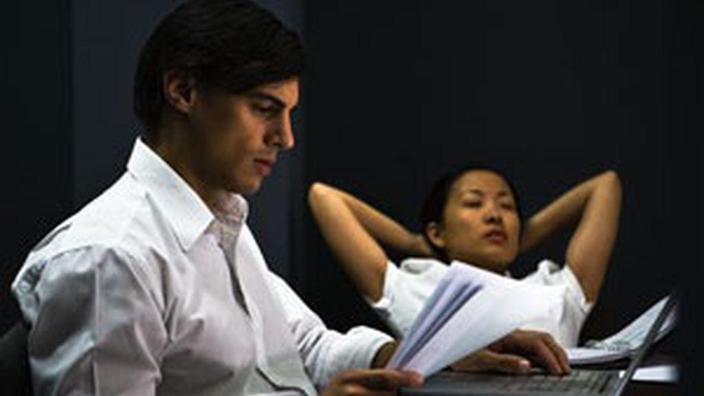 Trabajar muchas horas favorece otros factores que dañan el corazón. Foto: Gtres