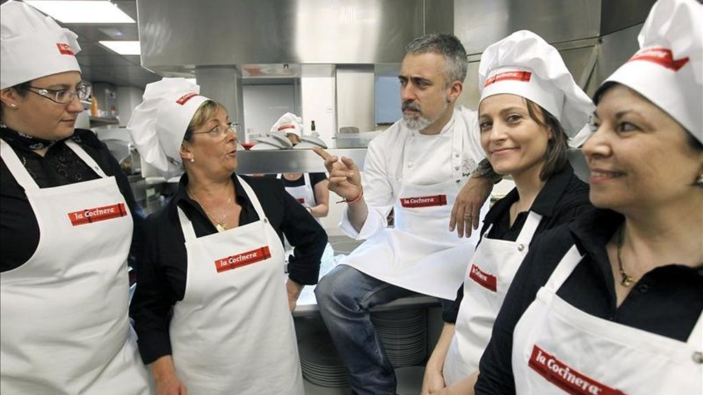 El chef Sergi Arola, junto a las cinco madres de diferente puntos de España a las que, con motivo del Día de la Madre, se les brindará la oportunidad de tener el control de los fogones del prestigioso restaurane de alta cocina del cocinero catalán, para que elaboren recetas caseras como las hacen ellas mismas. EFE