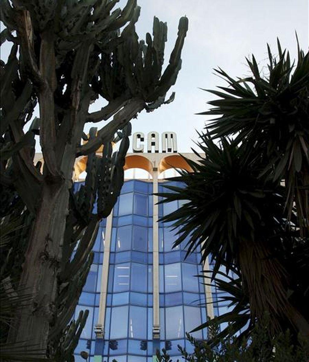 Vista de la sede central de Caja Mediterráneo en Alicante. EFE/Archivo
