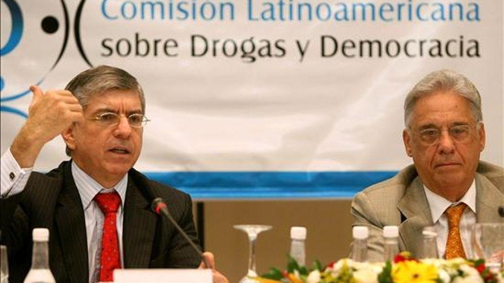 Los ex presidentes Fernando Henrique Cardoso, de Brasil, y César Gaviria, de Colombia, participan en una reunión de la Comisión Latinoamericana sobre Drogas y Democracia que se lleva a cabo en Rio de Janeiro (Brasil). EFE