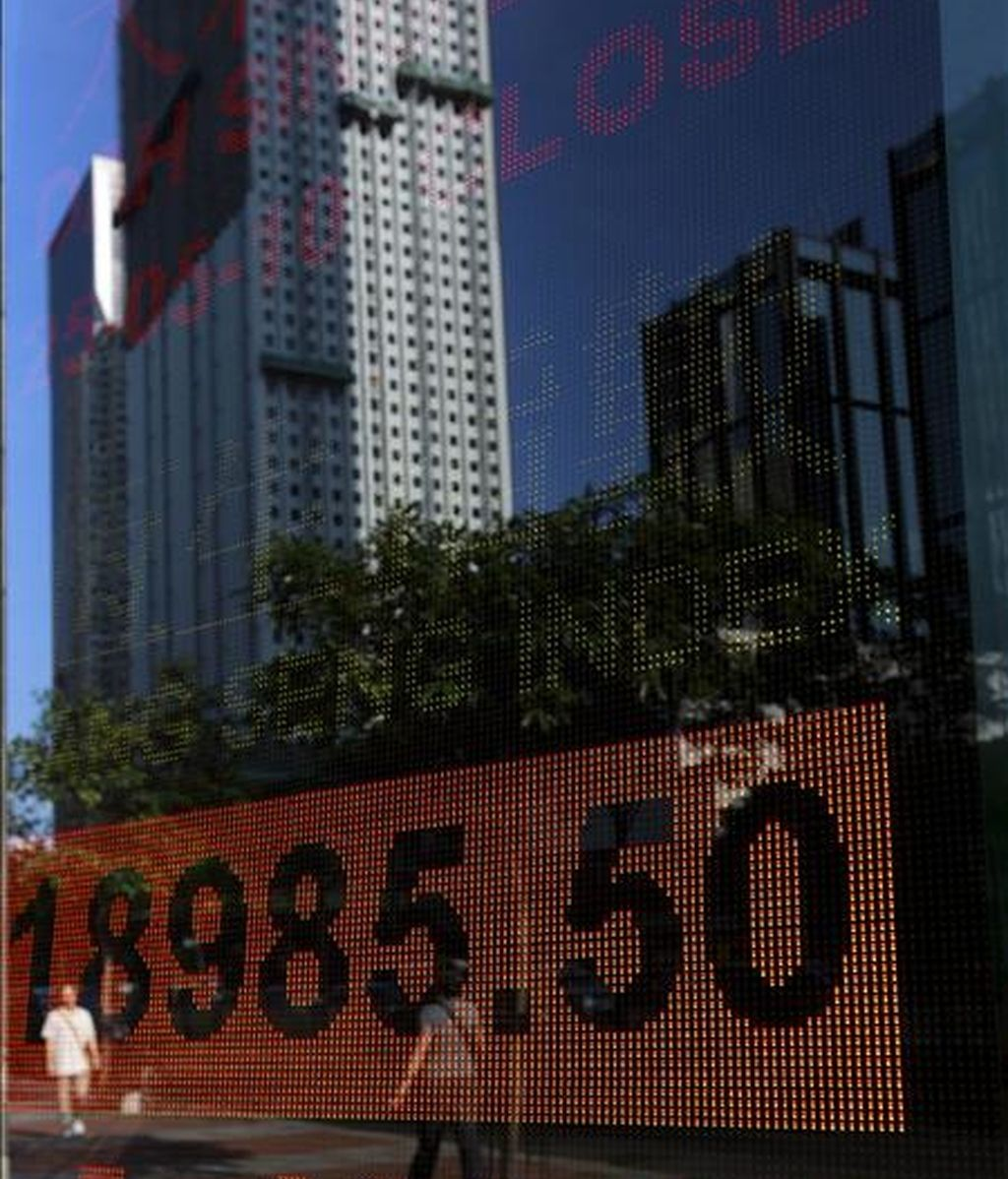 Un tablero electrónico muestra los resultados del índice Hang Seng de la Bolsa de Hong Kong. EFE/Archivo