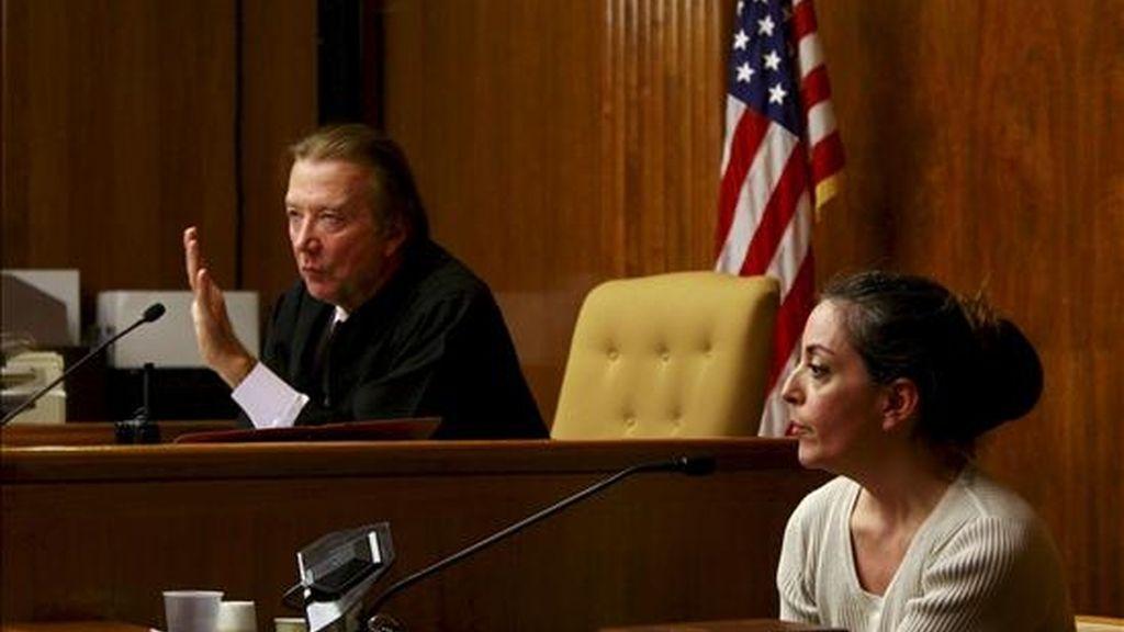 María José Carrascosa, la española encarcelada en Estados Unidos desde hace casi tres años por un litigio por la custodia de su hija, declara ante el juez Donald Venezia (i) el pasado martes. EFE